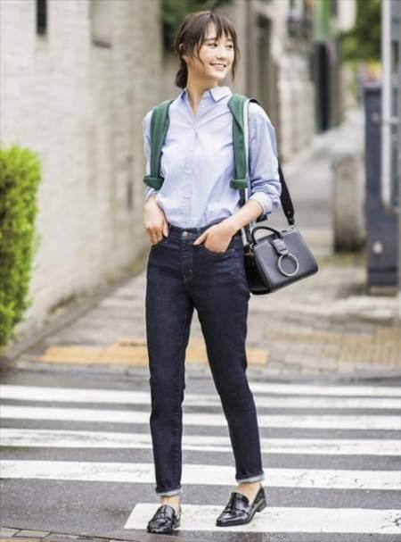 ユニクロのソフトコットンシャツ(長袖)を着ている女性のコーディネート例