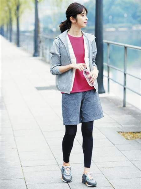 ユニクロのエアリズムパフォーマンスサポートタイツを履いている女性のコーディネート例