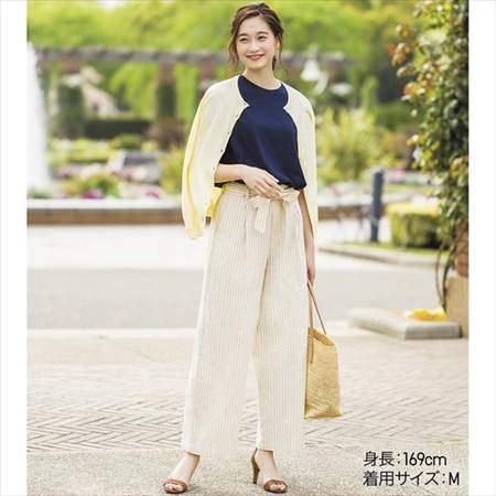ユニクロのUVカットクルーネックカーディガン(長袖)を着ている女性のコーディネート例