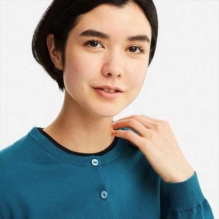 ユニクロのUVカットクルーネックカーディガン(長袖)を着ている女性