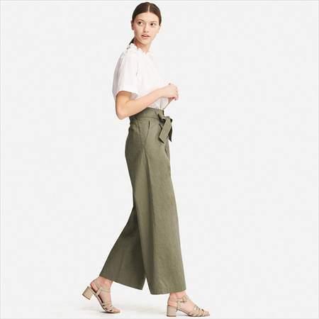 ユニクロのベルテッドリネンコットンワイドパンツ(丈標準68cm)のオリーブを履いている女性