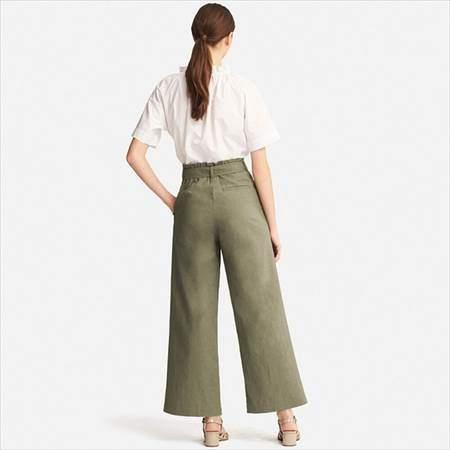ユニクロのベルテッドリネンコットンワイドパンツ(丈標準68cm)を履いている女性の後方