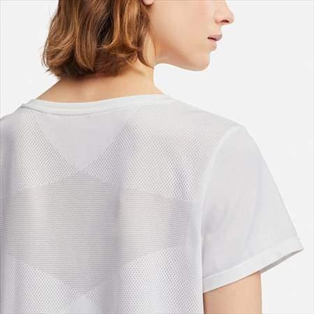 ユニクロのドライEXクルーネックT(半袖)を着ている女性の背中メッシュ部分のアップ