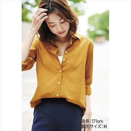 ユニクロのソフトコットンシャツ(長袖)のマスタードを着ている女性