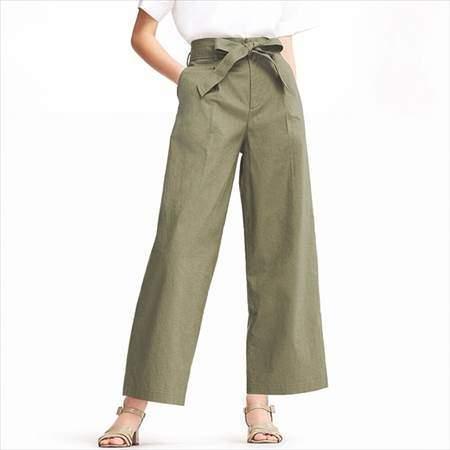 ユニクロのベルテッドリネンコットンワイドパンツ(丈標準68cm)を履いている女性の前方