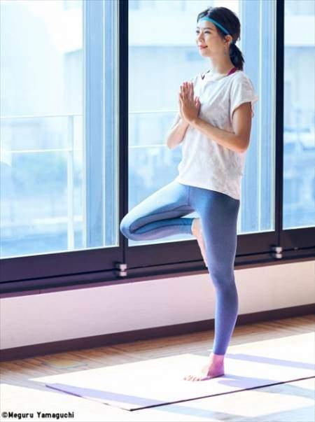 ユニクロのエアリズムレギンスパンツを履いている女性のコーディネート例