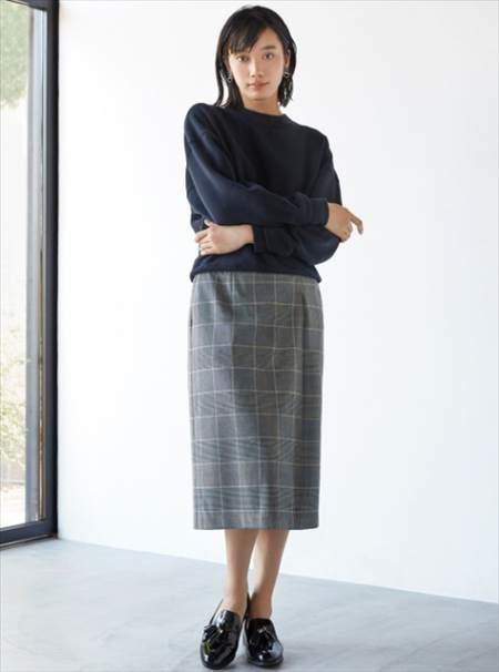ユニクロのチェックナロースカート(ハイウエスト・丈標準71~74cm)を履いている女性のコーディネート例