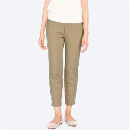 ユニクロのポンチスティックスリムパンツ(丈標準65cm)のベージュを履いている女性