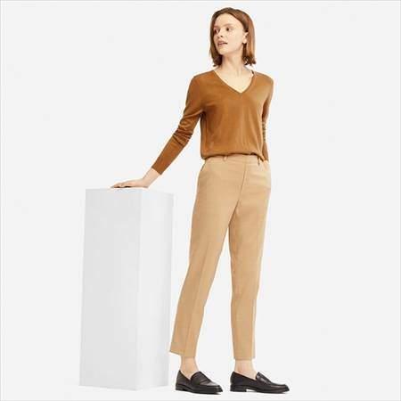 ユニクロのEZYアンクルパンツ(丈標準66~68cm)を履いている女性