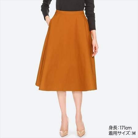 ユニクロのコットンサーキュラースカート(ハイウエスト・丈標準74~77cm)のブラウンを履いている女性