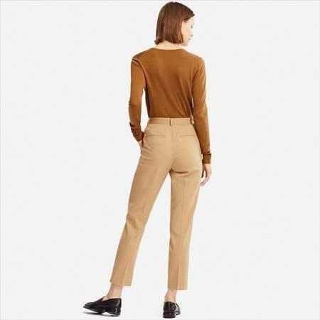 ユニクロのEZYアンクルパンツ(丈標準66~68cm)を履いている女性の後ろ姿
