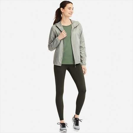 ユニクロのエアリズムレギンスパンツを履いている女性の前方