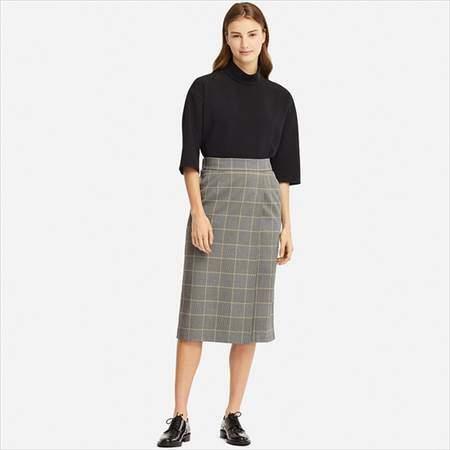 ユニクロのチェックナロースカート(ハイウエスト・丈標準71~74cm)を履いている女性