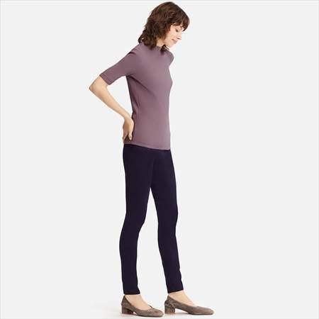ユニクロのリブハイネックT(5分袖)を着ている女性