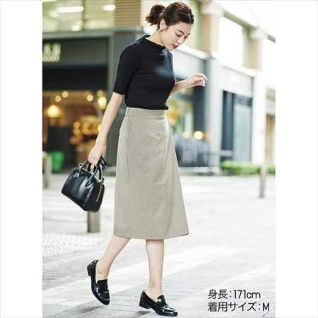 ユニクロのリブハイネックT(5分袖)を着ている女性のコーディネート例