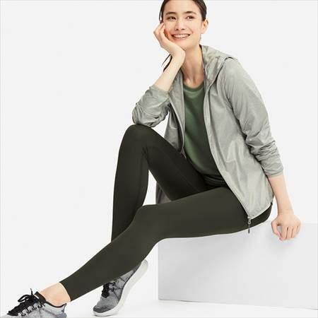 ユニクロのエアリズムレギンスパンツのダークグリーンを履いている女性