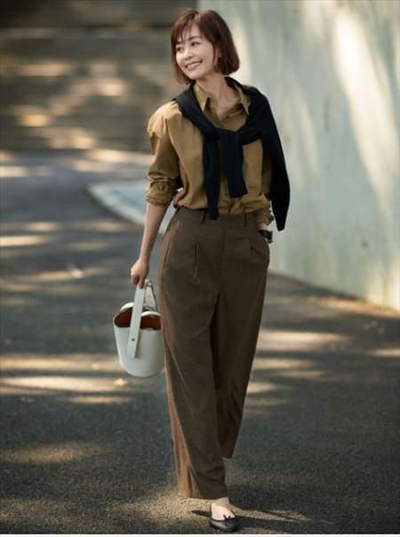 ハイウエストタックワイドパンツ(チェック)を履いている女性のコーディネート例