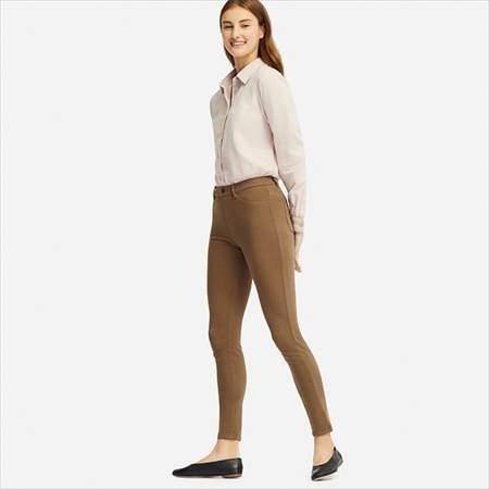ユニクロのレギンスパンツ(丈標準71~73cm)を履いている女性