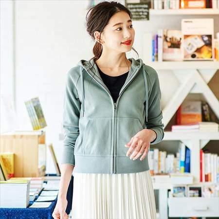 ユニクロのスウェットフルジップパーカ(長袖)を着ている女性のコーディネート例