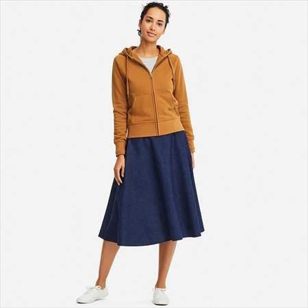 ユニクロのスウェットフルジップパーカ(長袖)を着ている女性