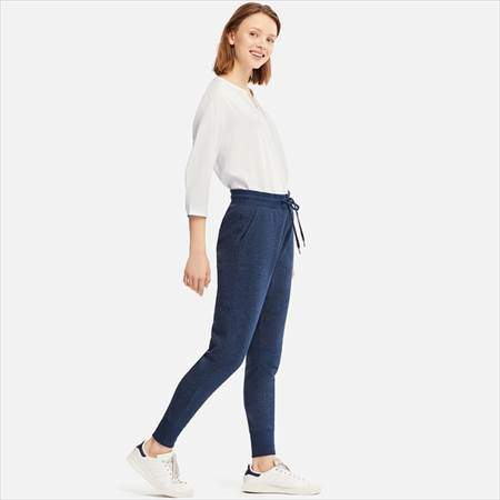 ユニクロのスウェットパンツ(丈標準68~68.5cm)を履いている女性
