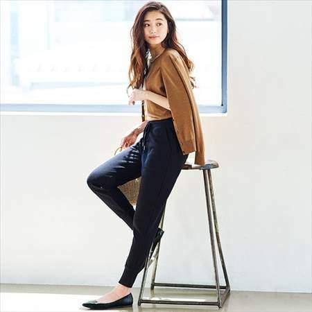 ユニクロのスウェットパンツ(丈標準68~68.5cm)を履いている女性のコーディネート例