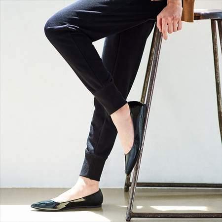 ユニクロのスウェットパンツ(丈標準68~68.5cm)を履いている女性の脚のアップ