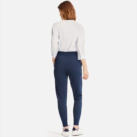 ユニクロのレディースのスウェットパンツ(丈標準68~68.5cm)を履いている女性の後ろ姿
