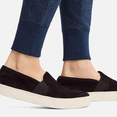 ユニクロのスウェットパンツ(丈標準68~68.5cm)を履いている女性の足首部分のアップ