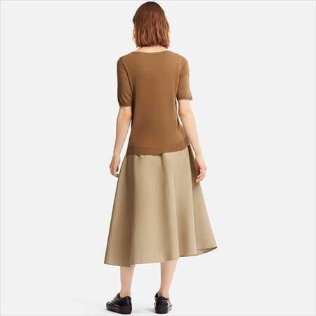 ユニクロのエクストラファインメリノクルーネックセーター(5分袖)のブラウンを着ている女性