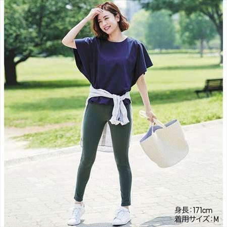 ユニクロのレギンスパンツ(丈標準71~73cm)を履いている女性のコーディネート例