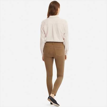 ユニクロのレギンスパンツ(丈標準71~73cm)を履いている女性の後ろ姿