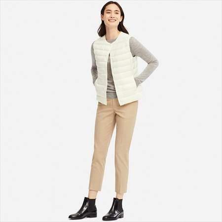 ユニクロのウルトラライトダウンコンパクトベストを着ている女性