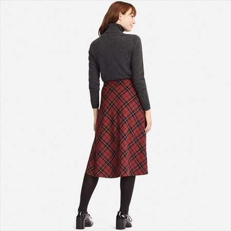 ユニクロのチェックフレアスカート(ハイウエスト・丈標準71~74cm)を履いている女性の後ろ姿