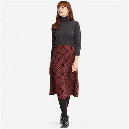 ユニクロのチェックフレアスカート(ハイウエスト・丈標準71~74cm)を履いている女性