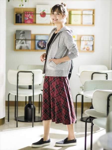 ユニクロのチェックフレアスカート(ハイウエスト・丈標準71~74cm)を履いている女性のコーディネート例