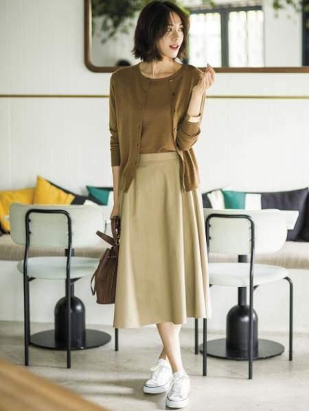 ユニクロのエクストラファインメリノクルーネックセーター(5分袖)を着ている女性のコーディネート例