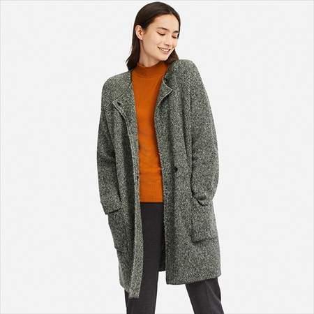 ユニクロのツイードニットコートのグレーを着ている女性