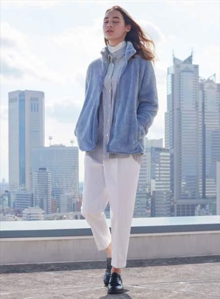 ユニクロのヒートテックタートルネックT(長袖)を着ている女性のコーディネート例
