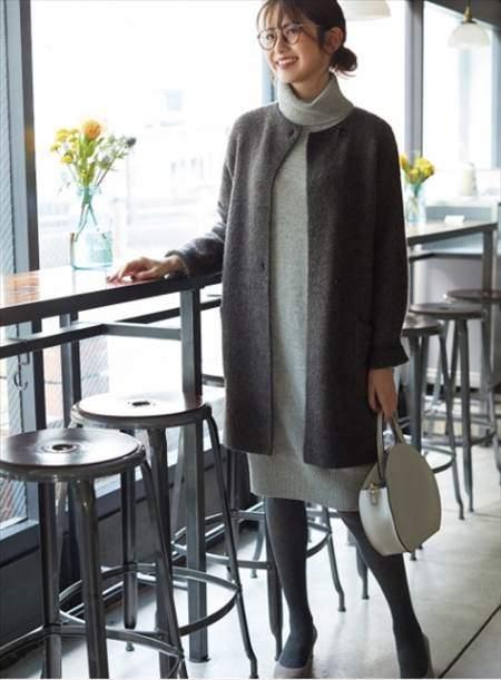 ユニクロのツイードニットコートを着ている女性のコーディネート例