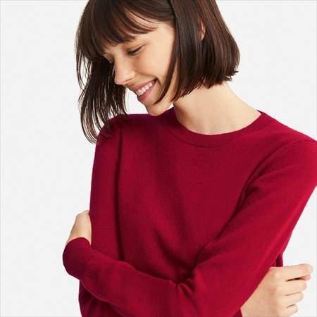ユニクロのカシミヤクルーネックセーターのレッドを着ている女性