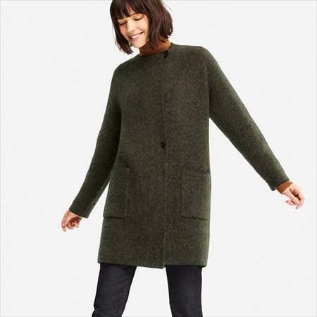 ユニクロのツイードニットコートのブラウンを着ている女性