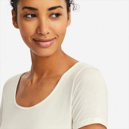 ユニクロのヒートテックUネックT(半袖)を着ている女性の首もとのアップ