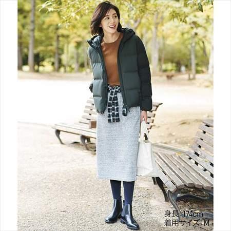 ユニクロのカシミヤクルーネックセーターを着ている女性のコーディネート例