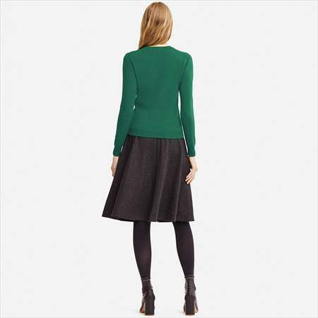 ユニクロのカシミヤクルーネックセーターのグリーンを着ている女性の後方