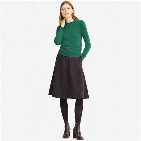 ユニクロのカシミヤクルーネックセーターのグリーンを着ている女性の前方