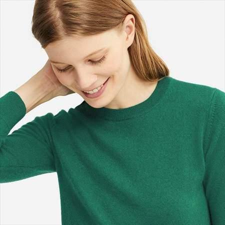 ユニクロのカシミヤクルーネックセーターのグリーンを着ている女性の首もとのアップ