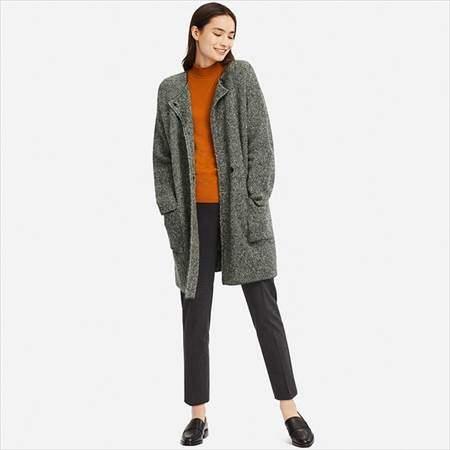ユニクロのツイードニットコートを着ている女性の前方