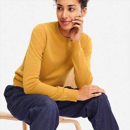 ユニクロのカシミヤクルーネックセーターのイエローを着ている女性