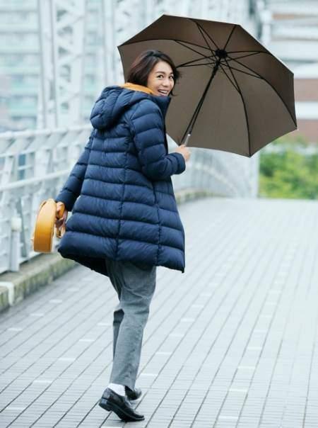 ユニクロのウルトラライトダウンフーデットコートを着ている女性
